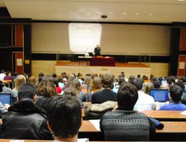 Bonne nouvelle pour les étudiants des universités : le taux d'emploi à la hausse par rapport aux écoles de commerce