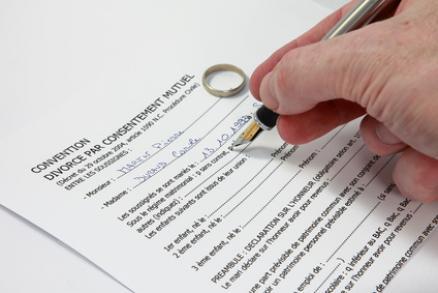 Évincer le juge de la procédure de divorce par consentement mutuel : la solution pour désengorger les tribunaux ?